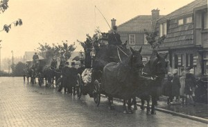 Rouwkoets op de Rembrandtkade in Rijswijk voor de firma 'Herts', omstreeks 1947