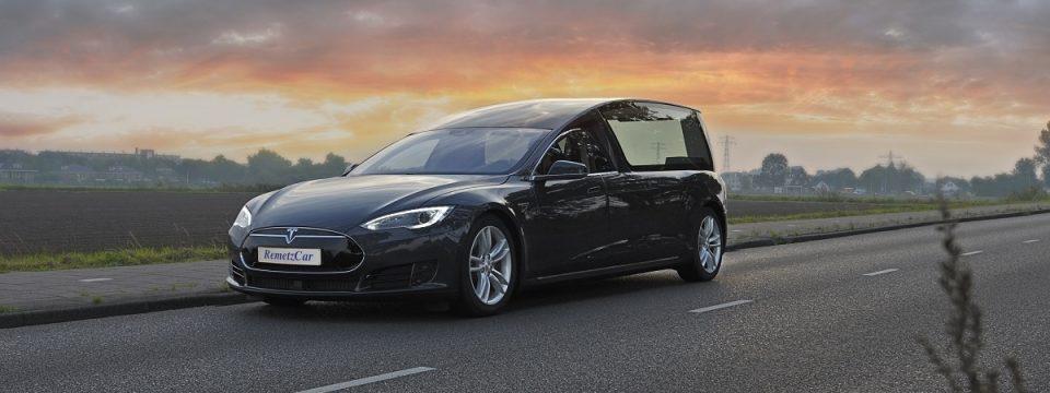 Eerste volledig elektrische Tesla rouwwagen ter wereld