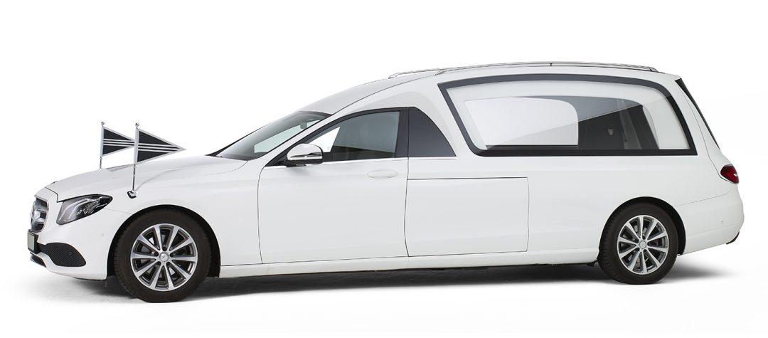 Mercedes-wit-glas-rouwauto
