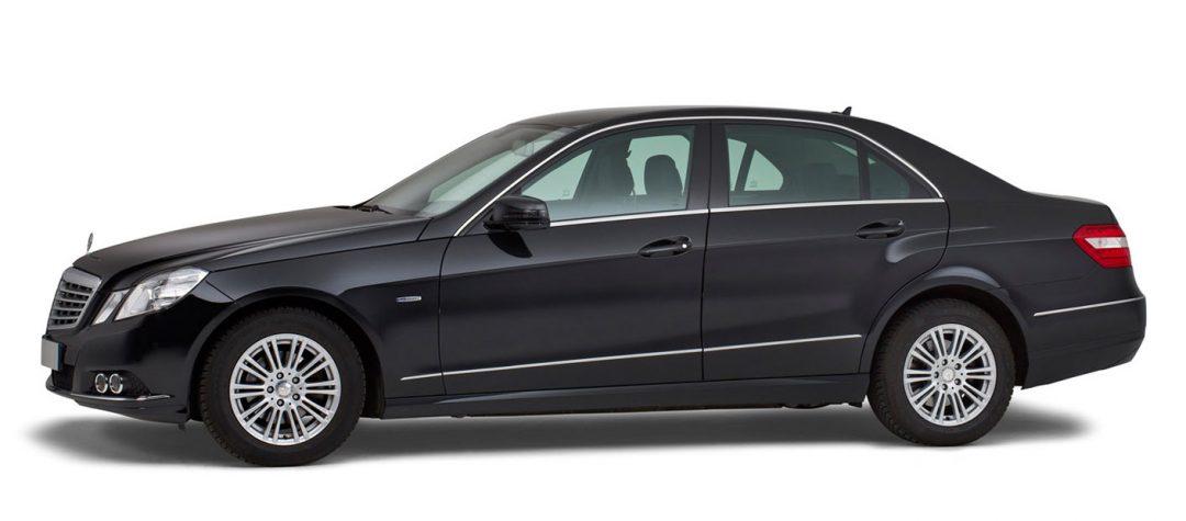 Mercedes-zwart-4-persoons-volgauto